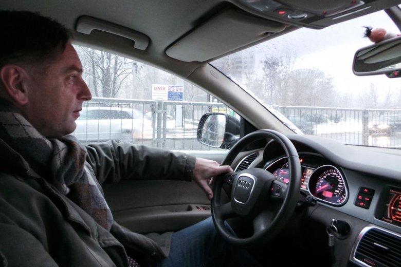 Tomasz Lis w samochodzie