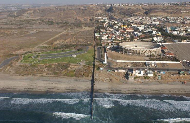Po lewej USA, po prawej Meksyk. Tak granica wyglądała w 2009 roku, teraz jest wzmocniona o dodatkowy mur.