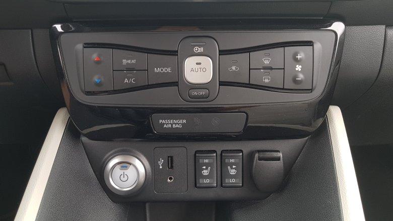 Fabryczne radio z Bluetooth daje możliwość połączenia ze smartfonem lub tabletem. Słuchanie audiobooka w tym samochodzie to prawdziwa przyjemność, słychać nawet szept lektora.