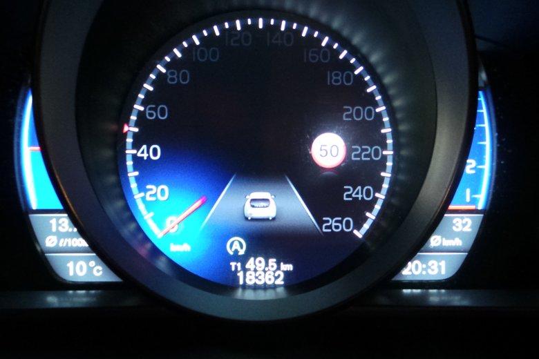 Tak wyglądają zegary nowego Volvo V40. Pokazują nawet... znaki drogowe