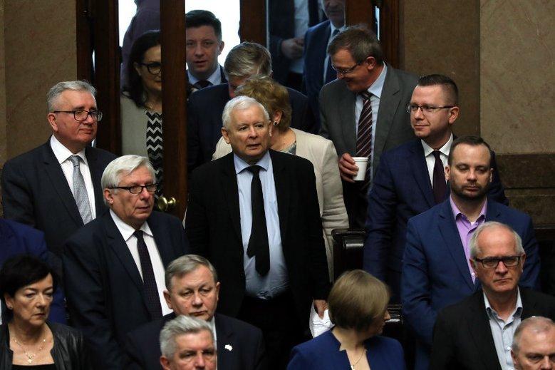 """Najnowszy sondaż """"Wiadomości TVP"""" daje ogromną przewagę PiS."""