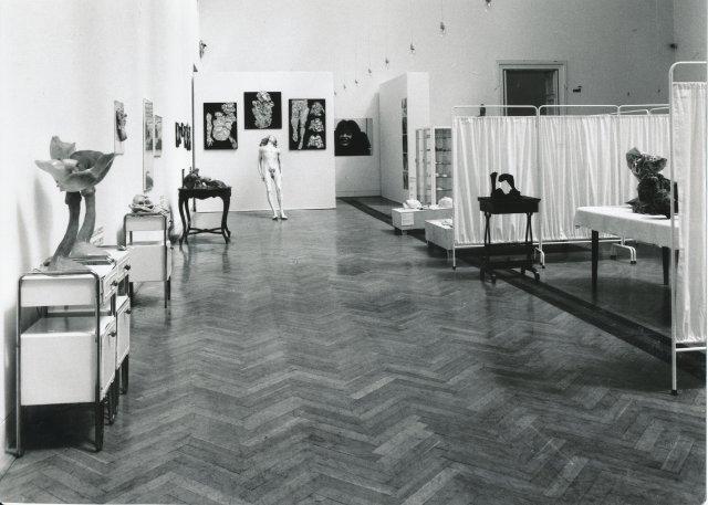 Widok wystawy Aliny Szapocznikow w Zachęcie, 1999