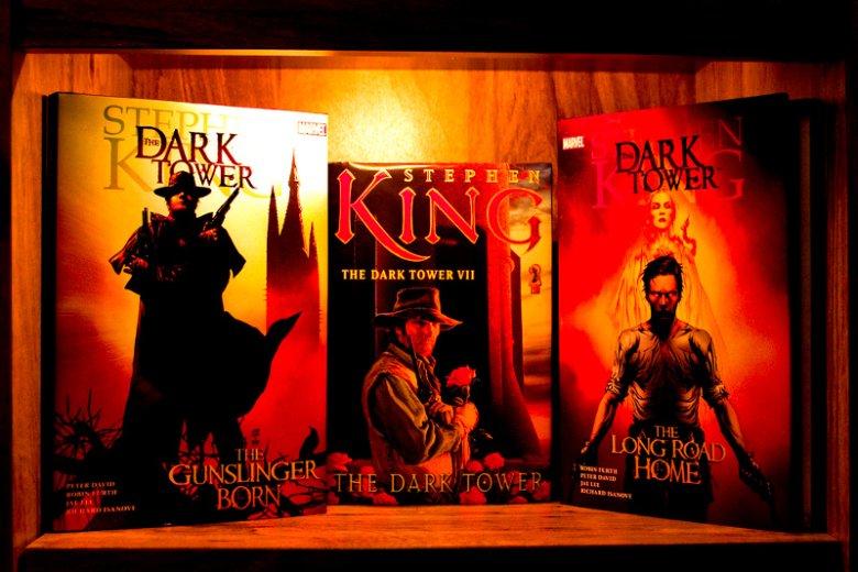 """""""Mroczna wieża"""", czyli opus magnum Stephena Kinga, łączące różne gatunki literackie i światy."""