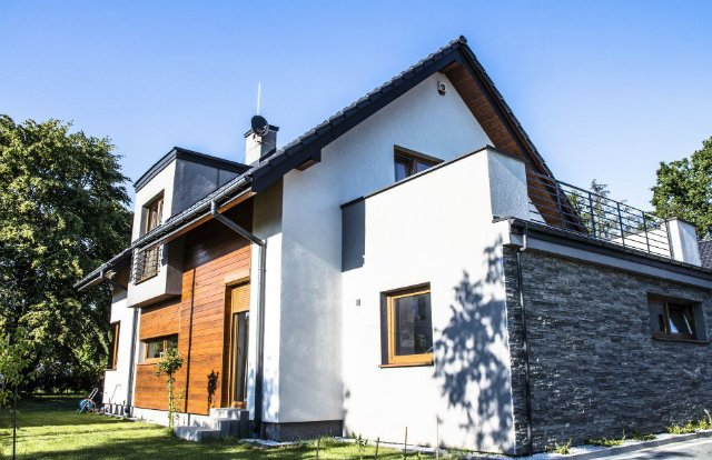"""Drewniane elewacje pomagają budynkowi """"wtopić się"""" w krajobraz"""