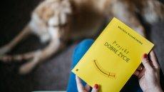 Publikacja niczym nie przypomina typowych poradników o szczęściu. To sześciotygodniowy program treningowy.