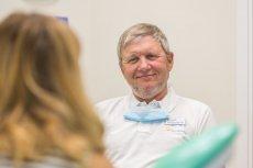Dr Tomasz Falkowski, dentysta, implantolog z Centrum Stomatologii i Ortodoncji Pro Ortodont tłumaczy, że każdy utracony ząb warto uzupełnić. Braki w uzębieniu nie służą naszemu zdrowiu.