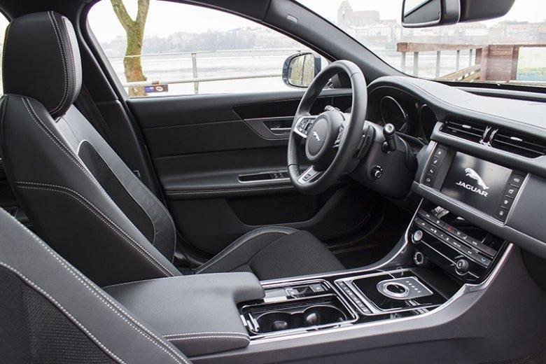 Najistotniejsze funkcje auta obsłużymy z poziomu kierownicy. Do reszty posłuży nam ekran dotykowy