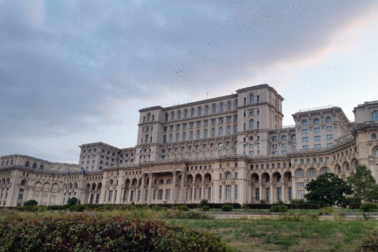 Dom Ludowy zbudowany został na życzenie komunistycznego tyrana  Nicolae Ceauşescu. Dziś zwie się Pałacem Parlamentu.