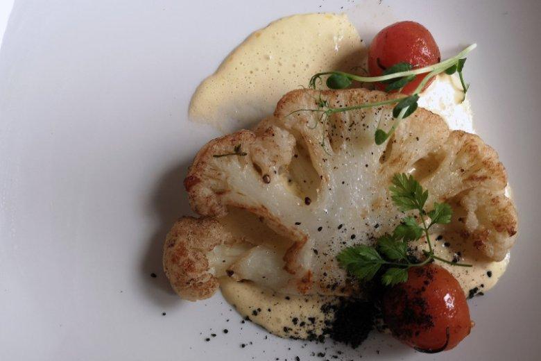 Stek z kalafiora – czarnuszka, sos holenderski z palonego masła; restauracja Strefa