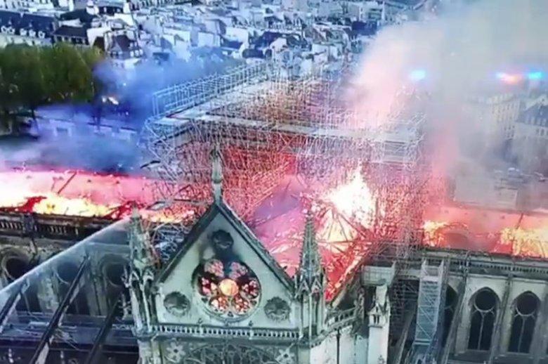 Z zewnątrz katedra Notre Dame w wyniku pożaru uległa poważnym zniszczeniom.