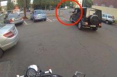 Rosyjska motocyklistka zwraca śmiecącym kierowcom to, co zostawili na drodze