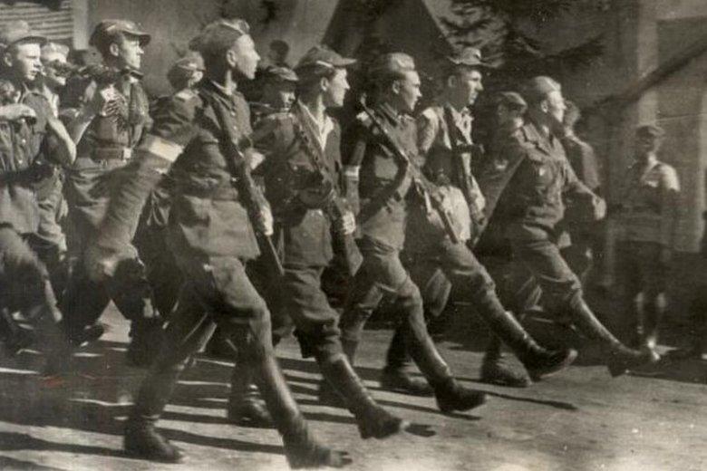 Żołnierze Brygady NSZ podczas parady w 1945 roku.