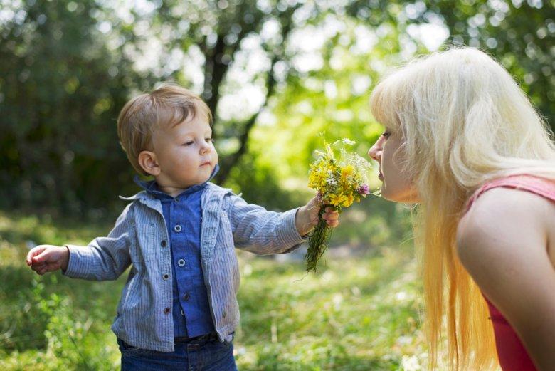 Swój język miłości kształtujemy od wczesnego dzieciństwa. Np. robiąc [url=http://www.shutterstock.com/pic-150347960.html] prezenty [/url] dla rodziców.