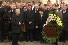 Wystarczyło, by prezes PiS Jarosław Kaczyński wykonał stanowczy ruch palcem, a premier Beata Szydło już rzuciła się, by stanąć u jego boku.