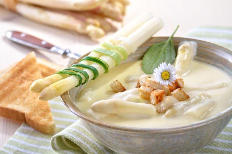 Zupa krem z białych szparagów.
