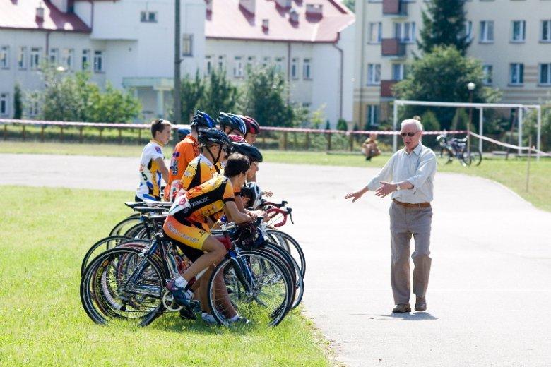 Radny PiS Kazimierz Dudziński podczas zawodów kolarskich w Białymstoku – sam przed laty był trenerem kolarstwa.