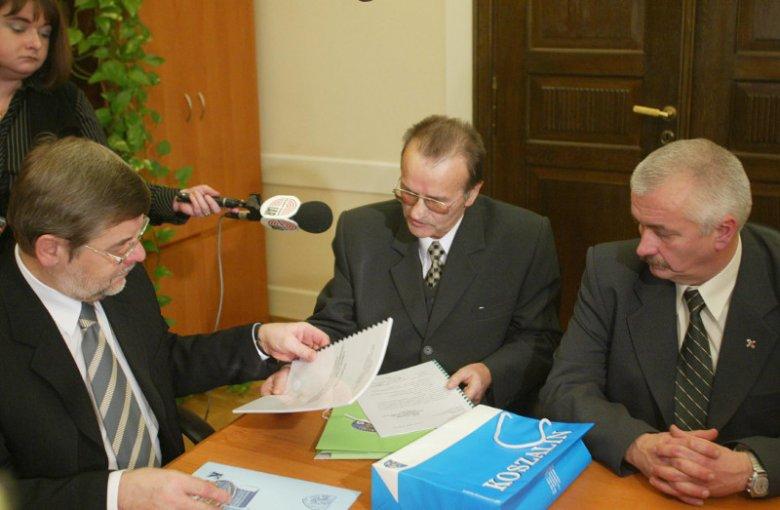 Eugeniusz Żuber przekazuje marszałkowi Tomaszowi Nałęczowi podpisy poparcia za powołaniem woj. środkowopomorskiego. Zdjęcie z 2003 r.