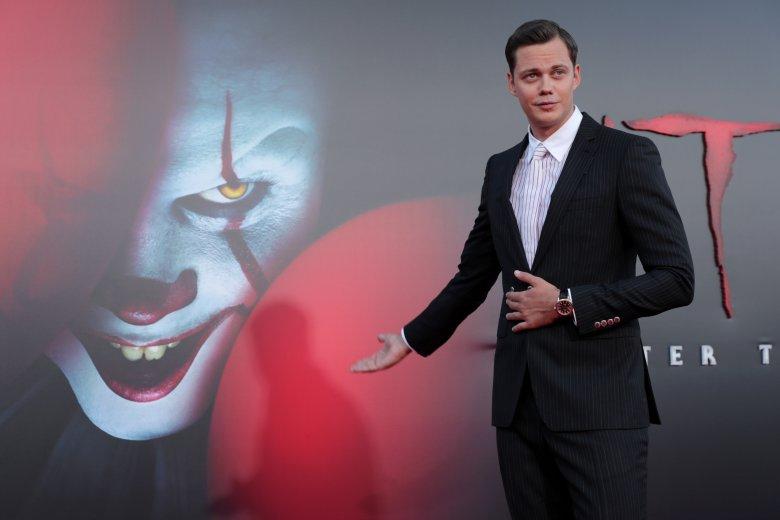 W postać Pennywise'a wciela się syn znanego szwedzkiego aktora Stellana Skarsgårda - Bill.