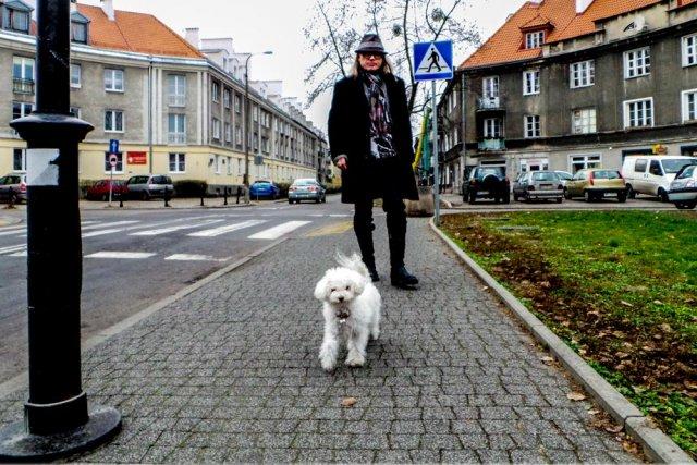 Kamil Sipowicz z Ramoną na spacerze na warszawskich Bielanach