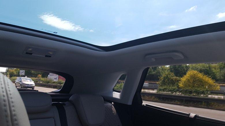 Szklany dach sprawia, że auto w środku wydaje się bardziej przestronne.
