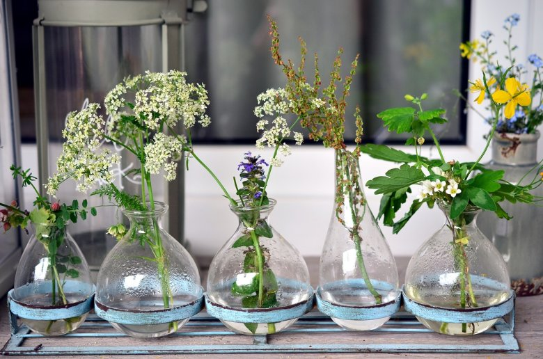 Na balkonie nie musisz mieć tylko kwiatów w doniczkach. Równie efektownie będą wyglądały kwiaty cięte albo zioła wstawione do słoików czy butelek.