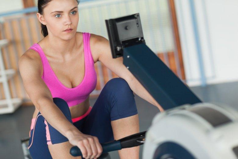 Podczas ćwiczeń na ergometrze wioślarskim zaangażowane jest niemal całe ciało