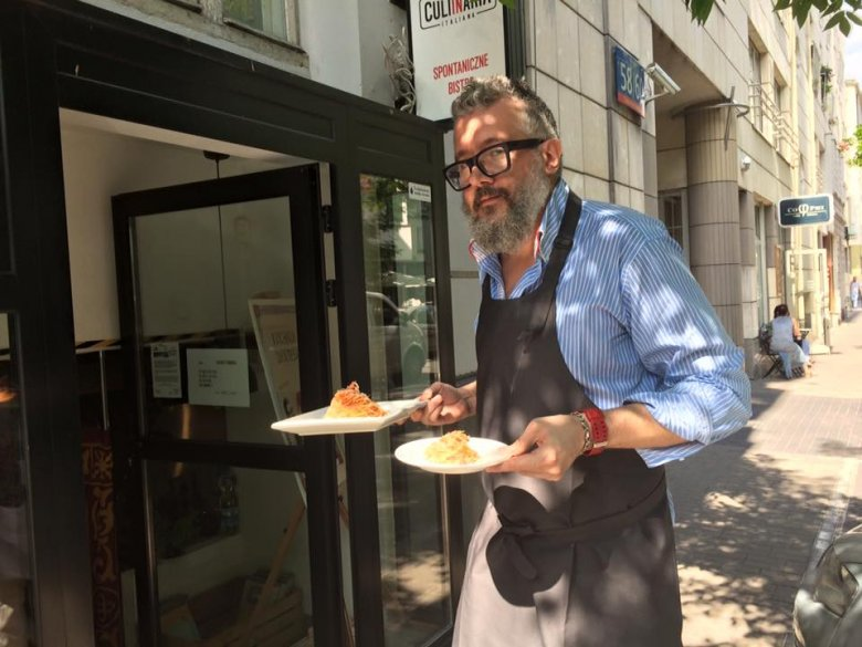 Założyciel, właściciel i szef kuchni serwuje dania klientom.