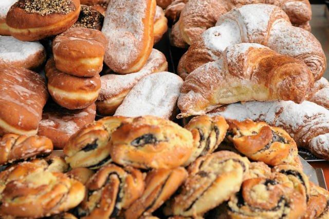 Ze słów minister Kluzik-Rostkowskiej wynika, że drożdżówki będą mogły wrócić do oferty szkolnych sklepików
