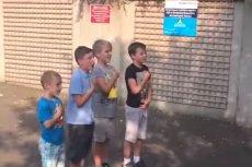 Dzieci w Dubaju przed meczem na podwórku śpiewają hymn.