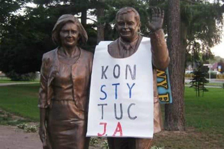 """Zaczęło się od """"ubrania"""" pomnika Lecha Kaczyńskiego. Teraz koszulki z napisem """"konstytucja"""" będą też dostępne w formie naklejki na samochód."""