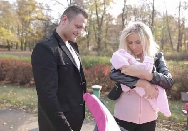Eliza i Paweł na spacerze z córką/ Pudelek.tv