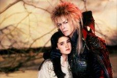 """Stylizacja Davida Bowie na goblina w """"Labiryncie"""" niewiele różni się od tej scenicznej"""