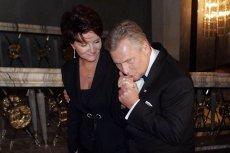"""Jolanta i Aleksander Kwaśniewscy są małżeństwem od ponad 38 lat. Jak udało im się wytrwać tak długo? Kulisy związku byłego prezydenta ujawnia świąteczny """"Newsweeek""""."""