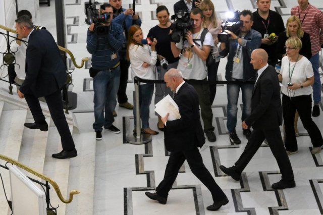 Ma niespożytą energię, chodzi jak na sprężynkach – mówią o szefie MON Antonim Macierewiczu.