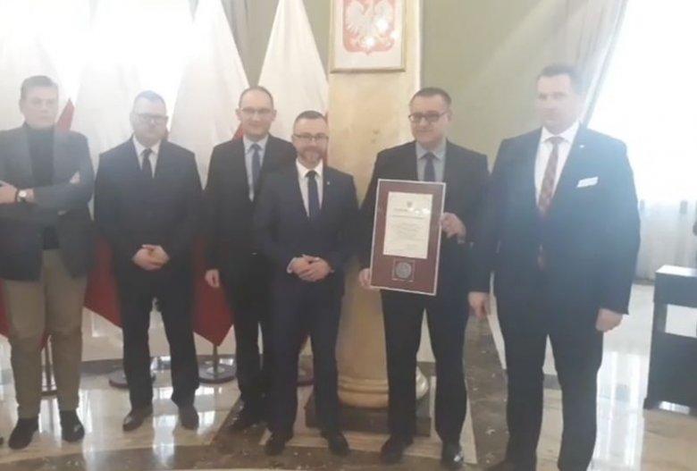 """Wojewoda lubelski Przemysław Czarnek (z prawej) przyznał samorządom dyplomy i medale za stanowiska przeciwko """"ideologii LGBT""""."""
