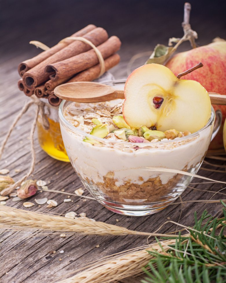 Owsiankę ugotować można na każdy soku i uzupełnić jogurtem oraz owocami.
