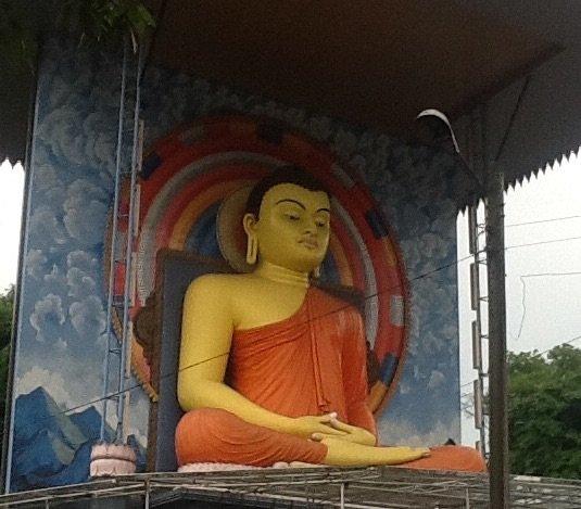 Posąg Buddy na skrzyżowaniu w górskim miasteczku Kandy. Srodkowa Sri Lanka