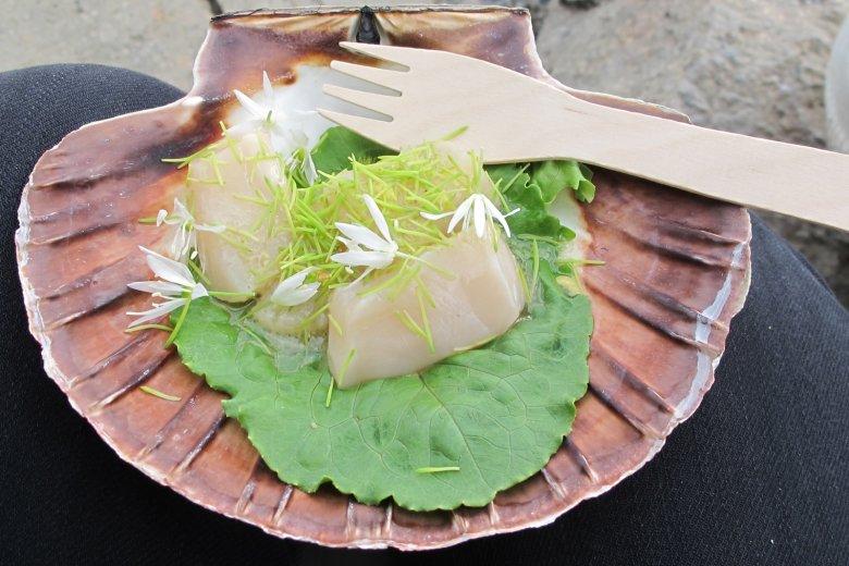 Przegrzebki w ziołach przygotowane przez Esbena podczas barbecue.