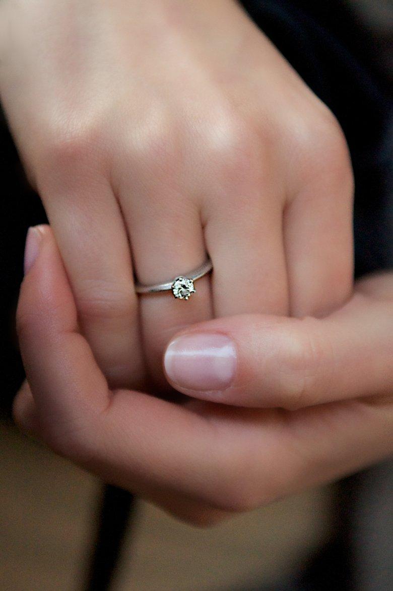 """""""Mój pierścionek zaręczynowy TIFFANY. Wiem, że kiedyś przekażę go córce, po to by ona przekazała go kiedyś swojemu dziecku."""""""