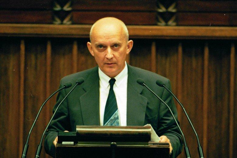 Poseł SLD Jerzy Dziewulski przemawia z mównicy sejmowej (1995).