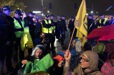 W Warszawie grupa aktywistów zablokowała ruch w centrum.