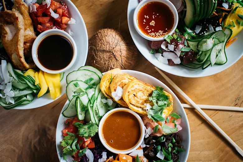 Poke Bowle różnią się nie tylko składnikami, ale i sosami. W Raju w Niebie spróbujemy między innymi ręcznie robionego dressingu sezamowego, teryaki, klonowo-imbirowego, czy sosu chilli-mango