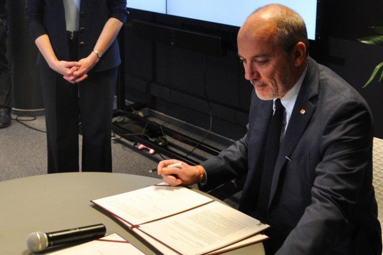 W imieniu pomarańczowego operatora telekomunikacyjnego porozumienie podpisał Stéphane Richard, prezes Orange.
