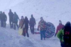 Wygląda na to, że dla niektórych turystów nie ma rzeczy niemożliwych. Idą na Śnieżkę z sankami choć ogłoszono w górach trzeci stopień zagrożenia lawinowego.
