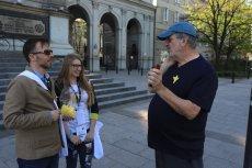 """Ponad półtora tysiąca wolontariuszy wręcza na ulicach Warszawy papierowe żonkile, które są związane z akcją zorganizowaną przez Muzeum """"Polin""""."""