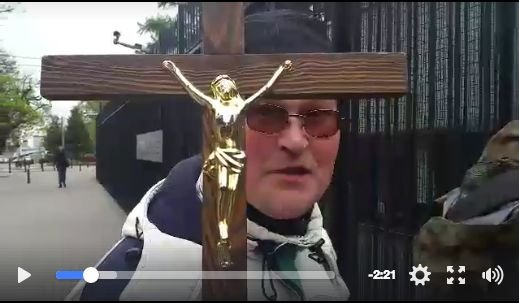 Katolicy z Telewizji Narodowej chcieli wejść do Ambasady Francji z dużym krzyżem. Okazało się, że się nie akredytowali.