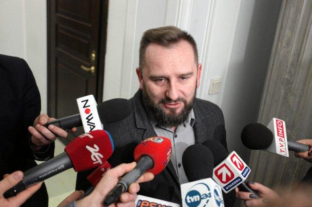 Piotr Liroy Marzec został wyrzucony z ruchu Kukiz'15, jednak on sam nie składa broni. Zapowiada walkę o swoje pomysły i obietnice z kampanii wyborczej.