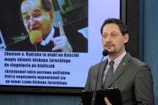 """Armand Ryfiński podczas konferencji Ruchu Palikota """"Dość mowy nienawiści, arogancji i poniżania Polaków przez kler""""."""
