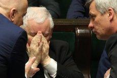 Jarosław Kaczyński zamiast przyjąć rolę nie tylko lidera partii wolał przyjąć pozycję arbitra. Pozostaje w cieniu, a faktycznie rządzi. Wizyta w Londynie obnaża marginalną rolę  rządu.
