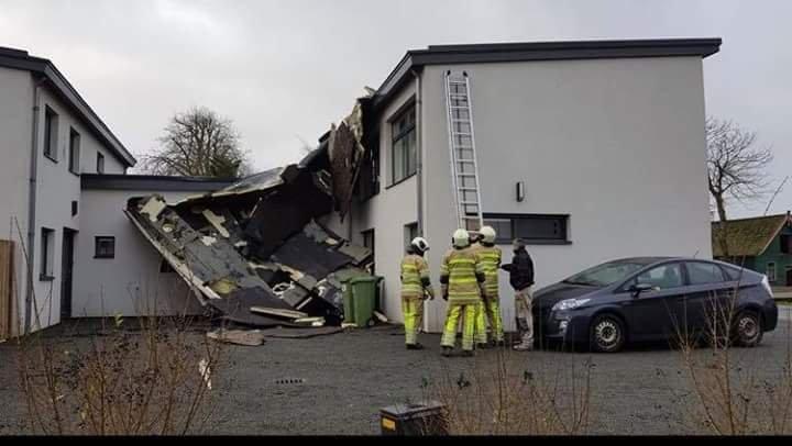 Orkan Friederike zrywa dachy domów  w Holandii.
